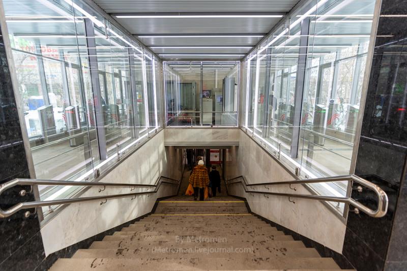 21. Западный вестибюль станции «Пионерская» после реконструкции. Фото - metromen.livejournal.com. 2018 г.