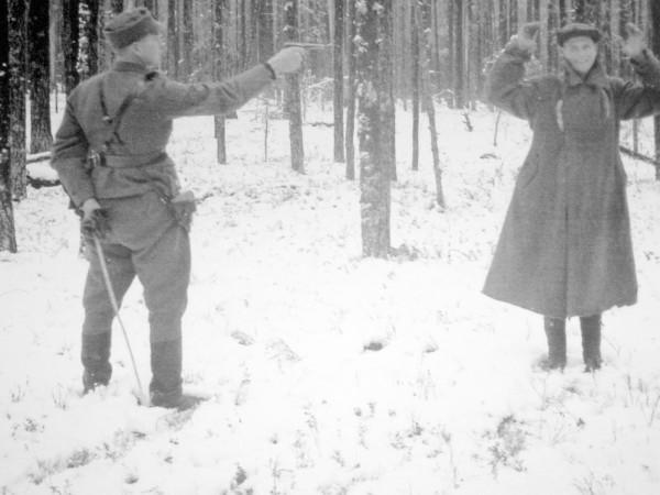 финский офицер расстреливает разведичика