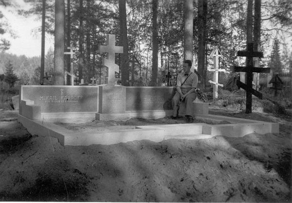 кюкка_Борис Карпелла на кладбище