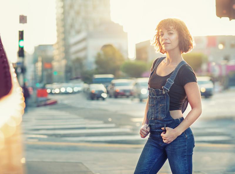 Анна Цимхарт около музея Петерсэна в Голливуде
