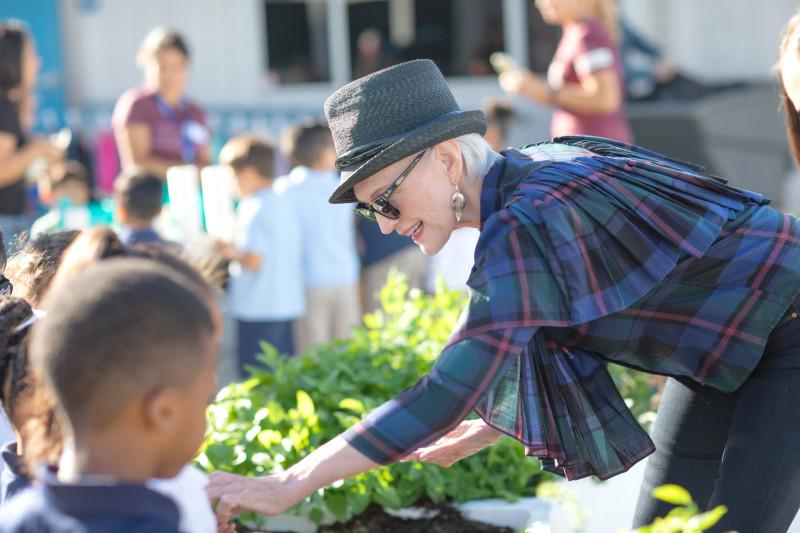 Майя Маск разводит со школьниками огороды