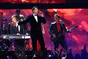 Robin-Thicke-and-Chicago grammy 2014