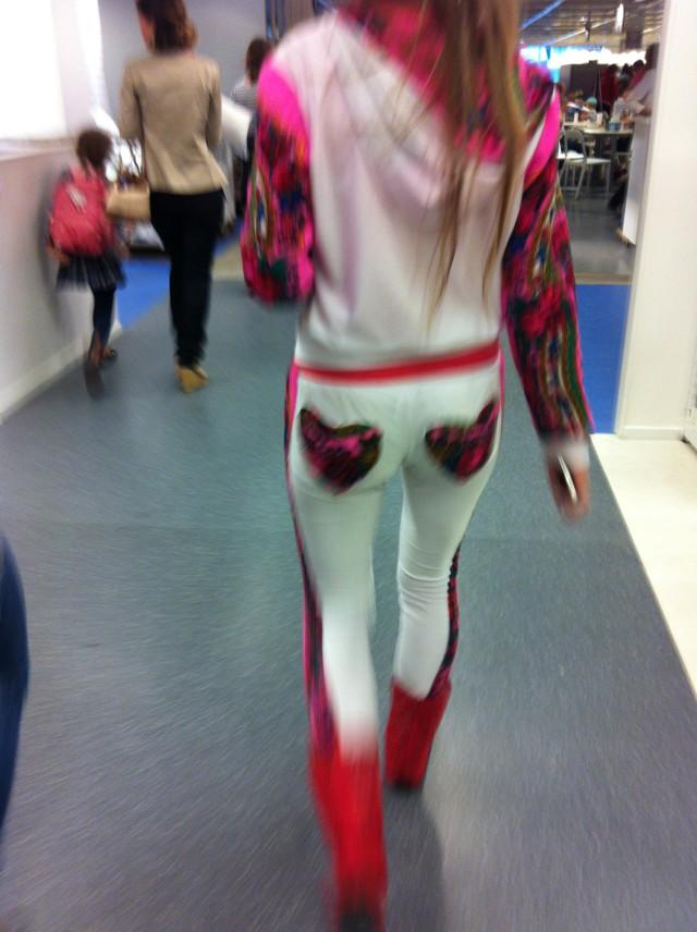 Через брюки трусы видно