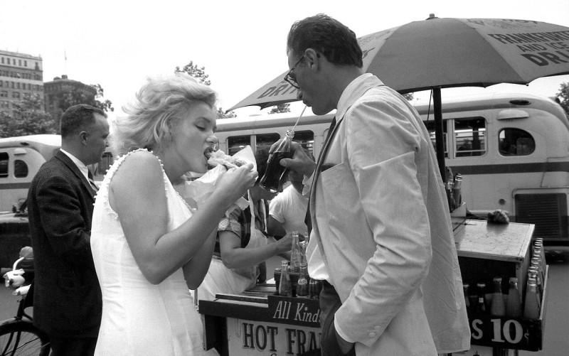 Мерлин Монро на праздновании дня хот-дога. 1957 год.