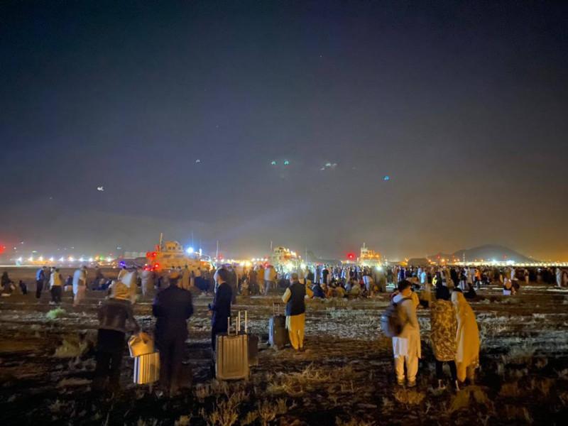 Люди пытаются покинуть Кабул. Не важно уже куда. Готовы лететь даже стоя