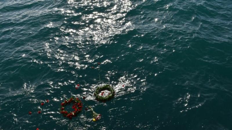 Венки на месте гибели судна