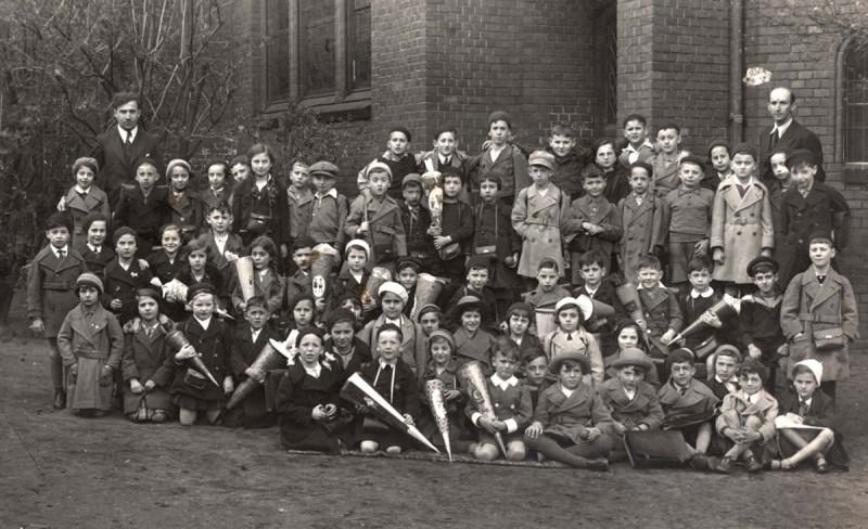 Ученики еврейской школы в Кёнигсберге . 1935 год. Тогда перед учебным годом детям дарили конусы с конфетами и подарками.