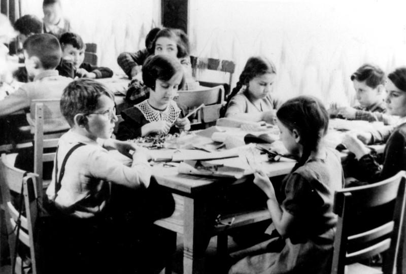 Урок декоративно-прикладного искусства. Бонн. 1938 год.
