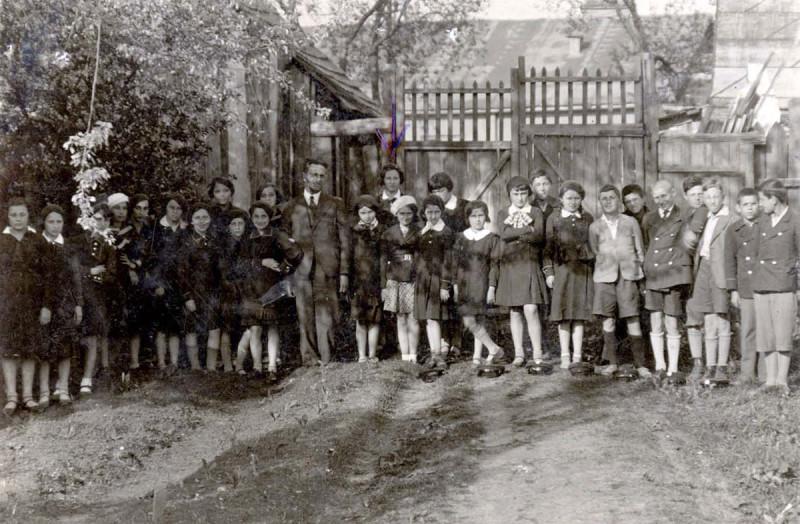 Польша. 1935 год. Стрелкой отмечена женщина, которой единственной удалось пережить Холокост.