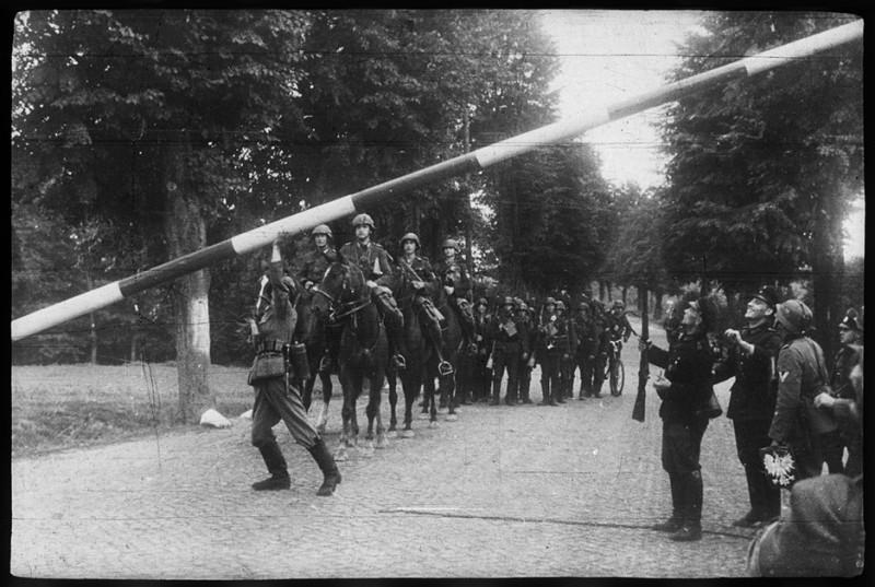 Немецкие войска пересекают границу с Польшей