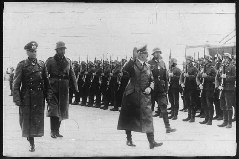 Гитлер поздравляет военнослужащих с успешной операцией.