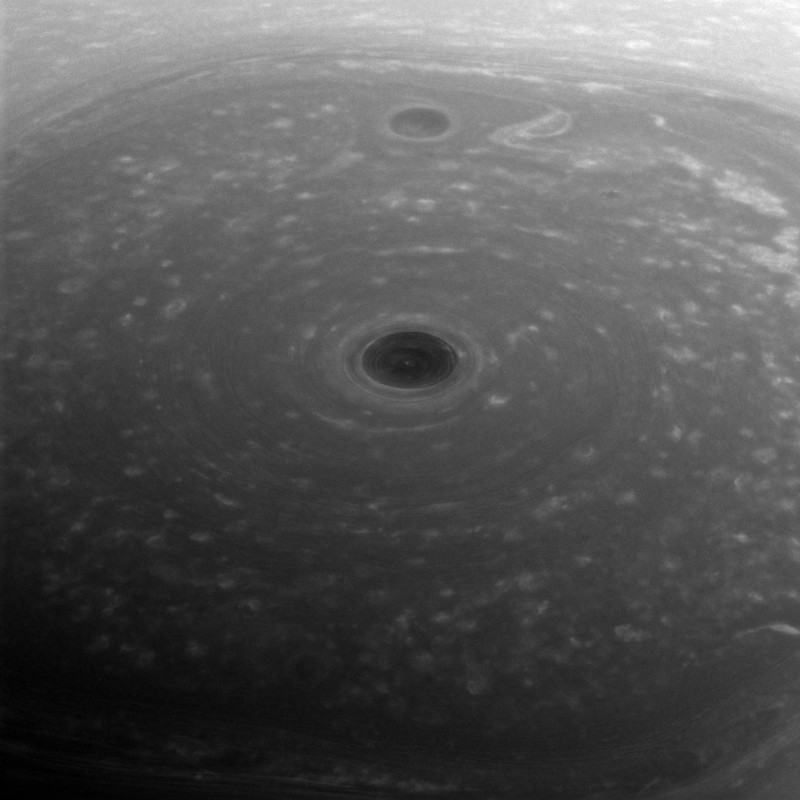 Турбулентные облака на поверхности Сатурна.