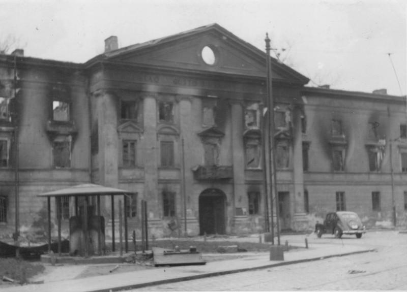Здание юденрата после подавления восстания в варшавском гетто.