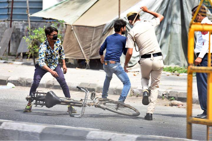 В Индии полицеские били местных жителей палками, заставляя сидеть дома.