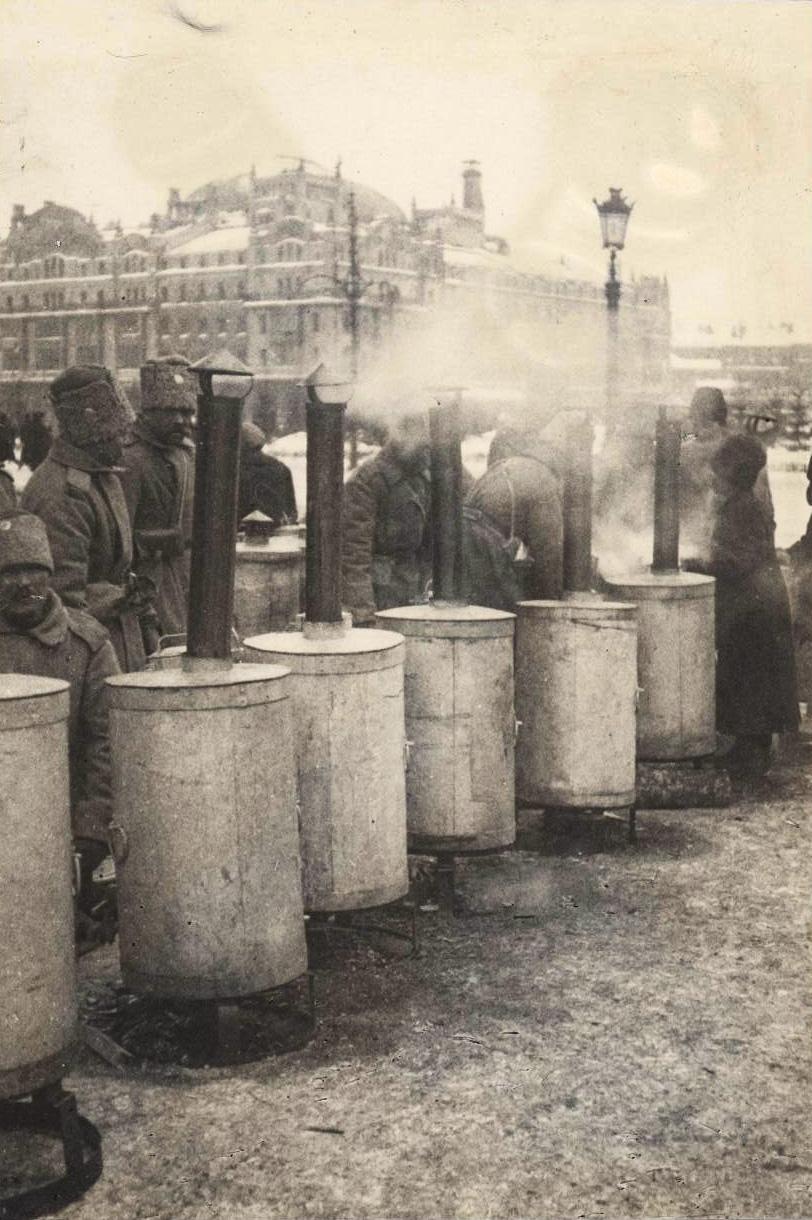 Солдаты греются на Театральной площади.