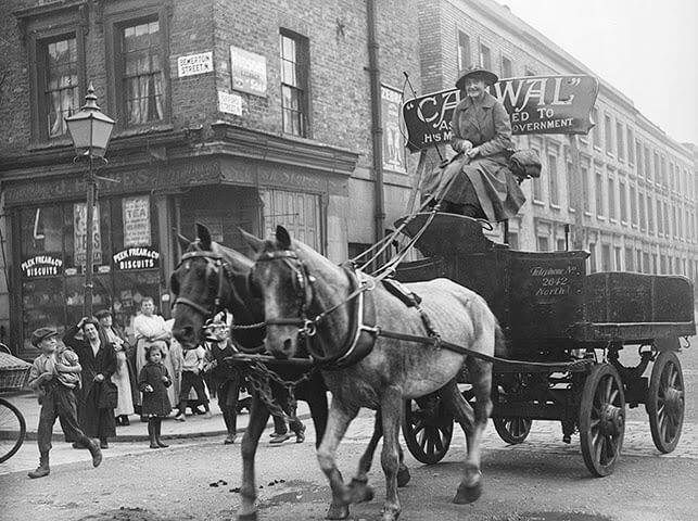 Немолодая женщина заменила своего мужа, работая возницей. 1916 год