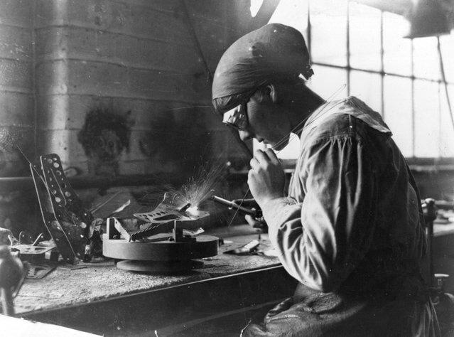 1915 год. Женщина работает на военной заводе за сваркой.