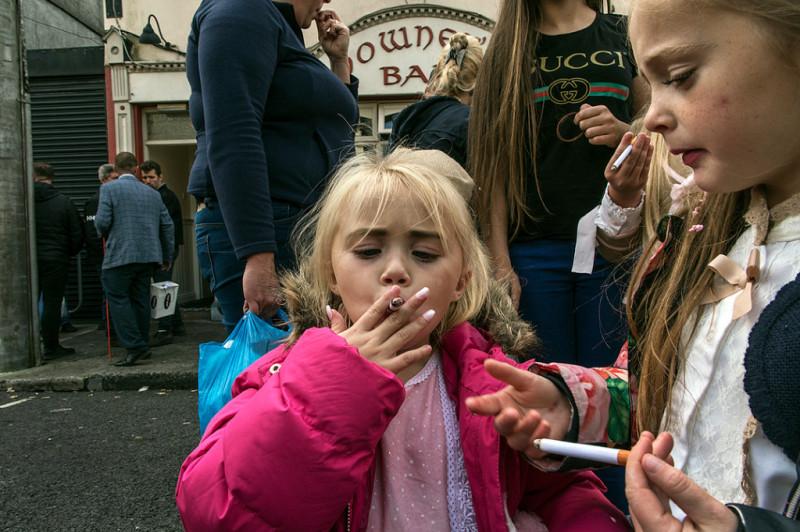 Это не сигареты. Это конфеты в виде сигарет. Пэйви всегда очень внимательно следят на своими детьми.