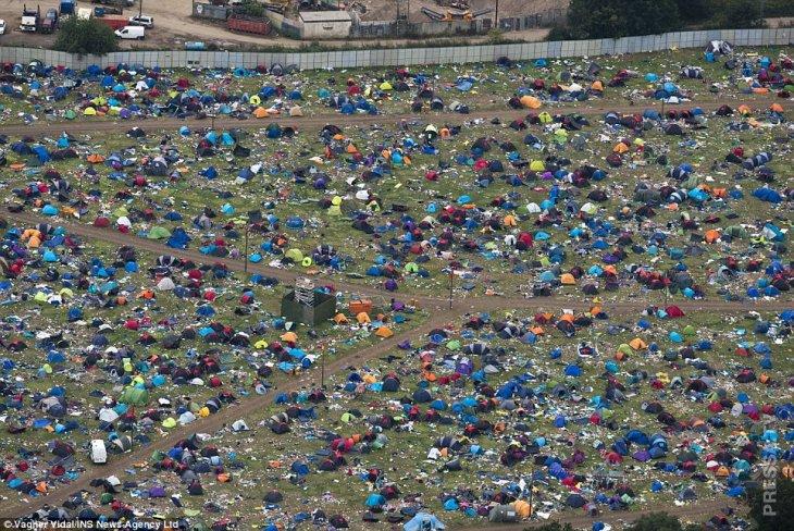 После фестиваля в Великобритании. Люди просто уехали, оставив после себя тонны мусора и брошеные палатки.