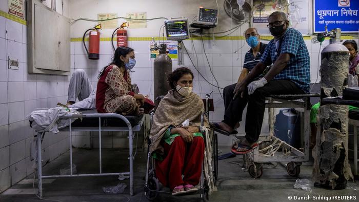 Люди часами ждут приема врачей