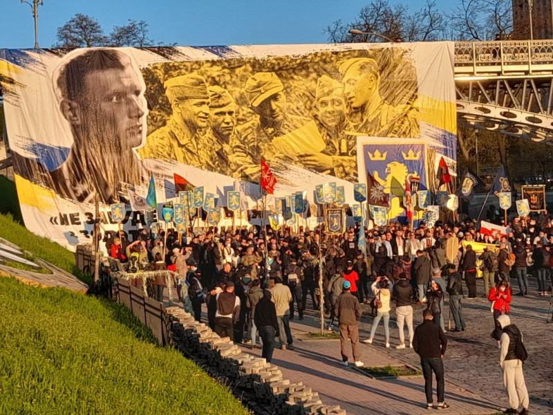 Тут украинцы позируют на фоне довольных нацистов.