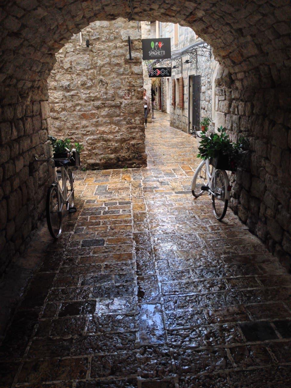 Черногорский город. Обычно тут яблоку негде упасть. Но дождь все поменял и в теперь это средневековье только твое.