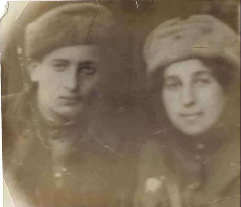 Семен с сестрой. С бабушкой моей жены.