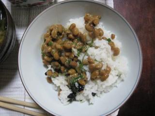 Nattoo syodaan riisin kanssa.