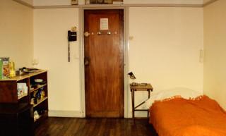 кровать, шкаф для еды, дверь, телефон ну и всё такое