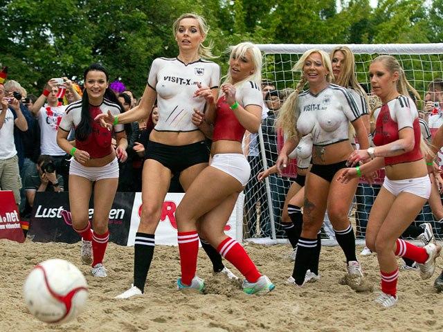 Пляжный футбол порноактрисы