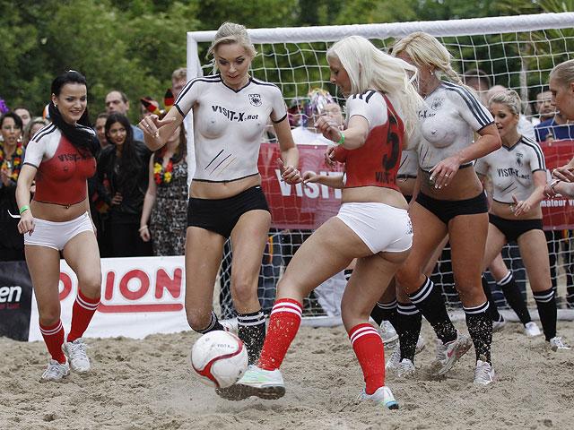 Порноактрисы играют в футбол
