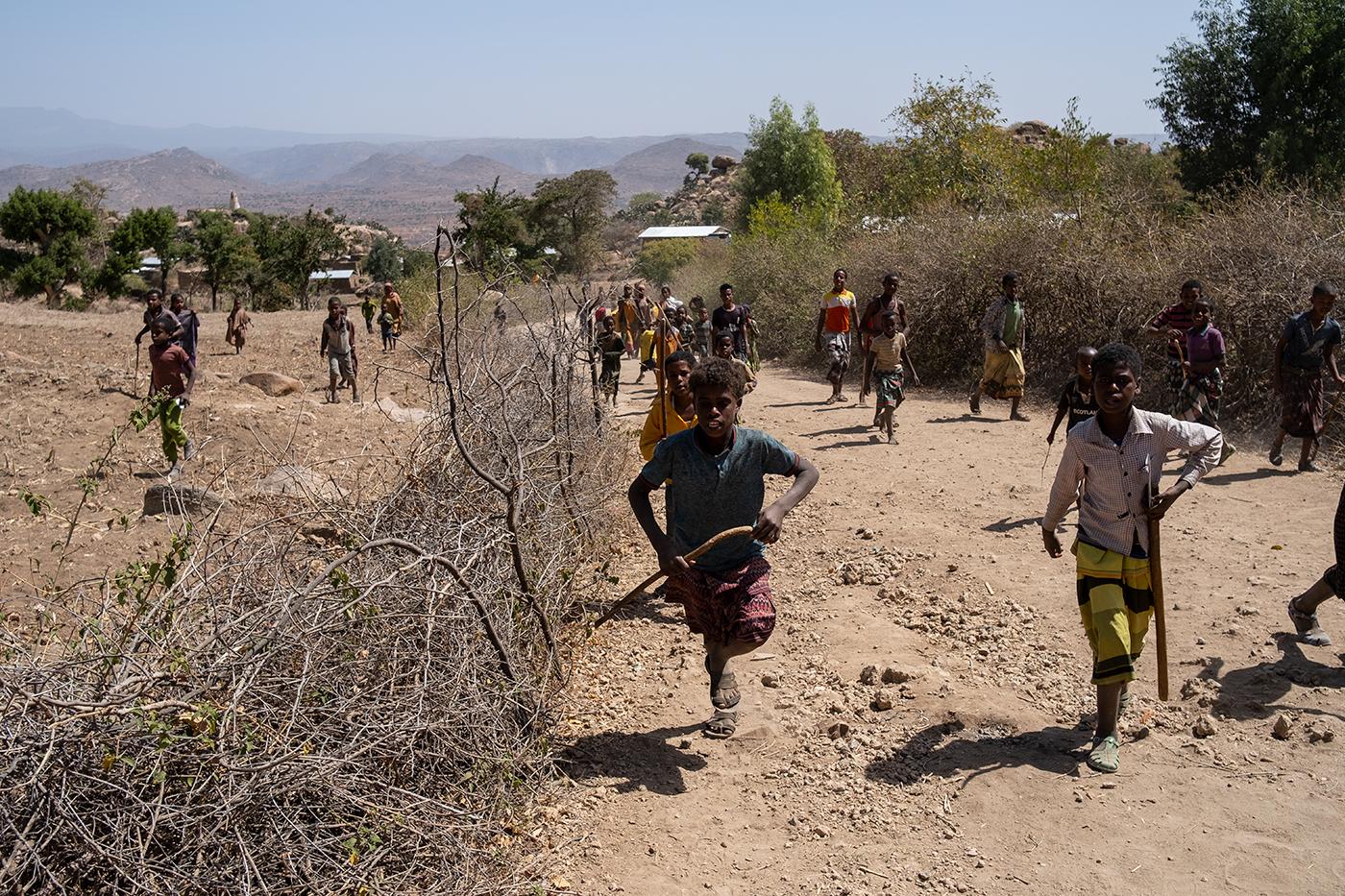 За что могут закидать камнями в африканской деревне.