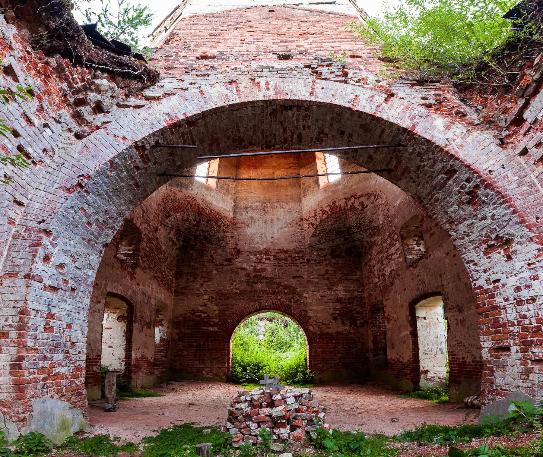 Внутри заброшенной церкви