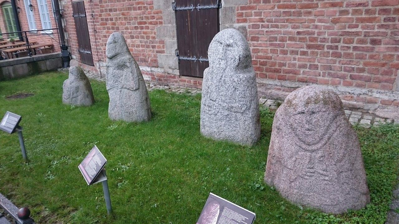 прусские бабы, изваяния балтов, рядом с Археологическим музеем Гданьска