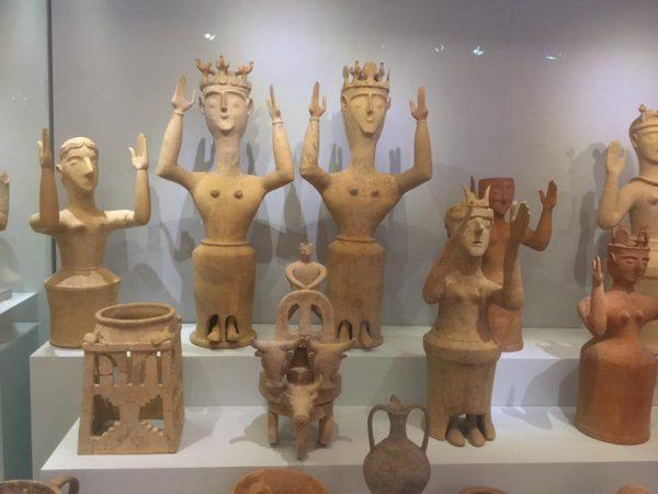 богиня с поднятыми руками