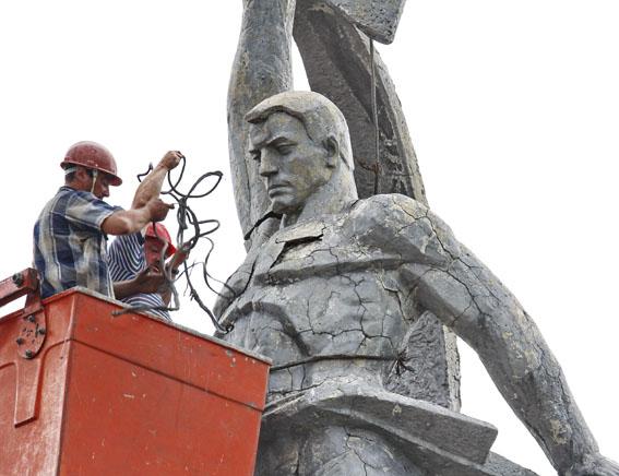 Памятник революционерам 2