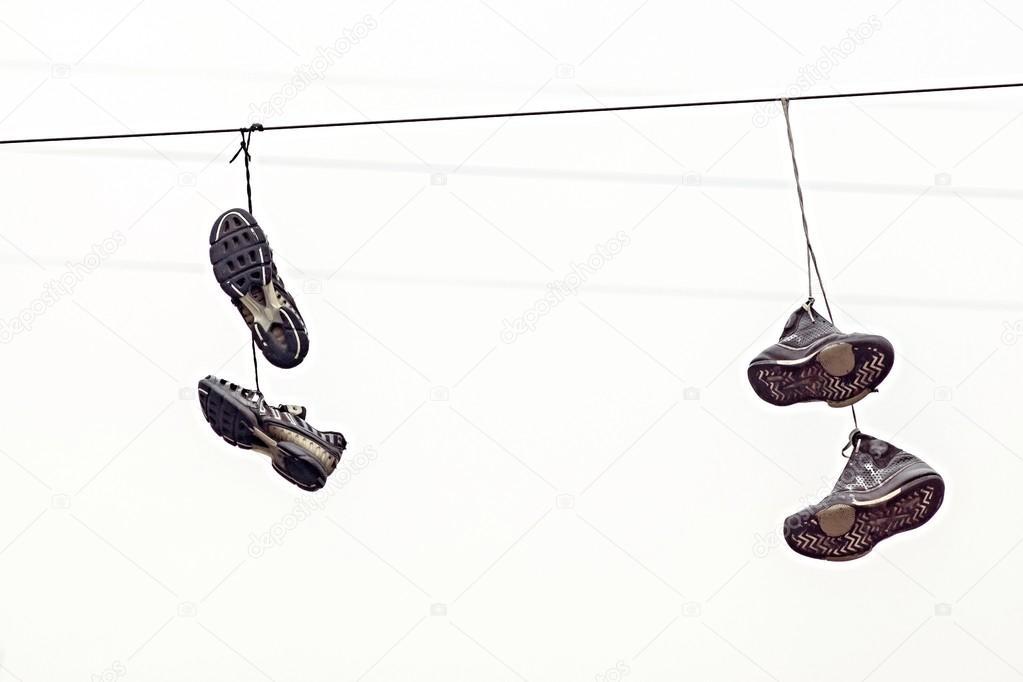 кроссовки на проводах