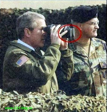 Буш смотрит в закрытый бинокль