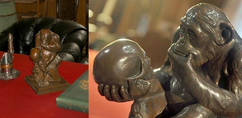обезьяна и череп