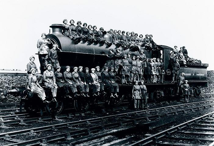Работницы Железных дорог Ланкастера и Йоркшира позируют на паровозе. 17.03.17