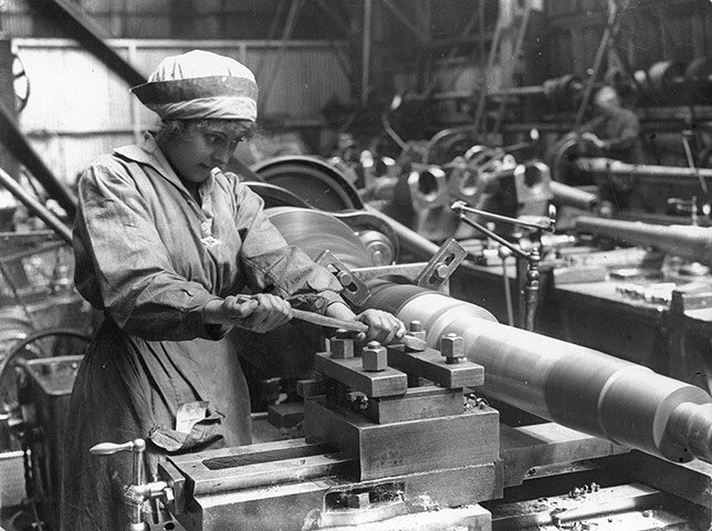 Женщина работает на оружейной фабрике