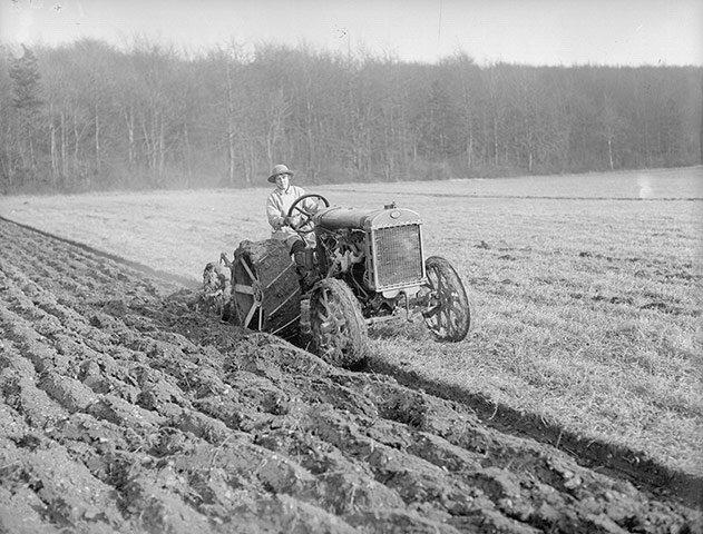 За рулём трактора; март 1918-го года