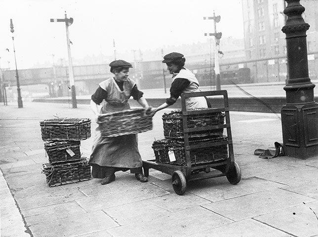 Носильщицы на Лондонском вокзале; 1914-й год