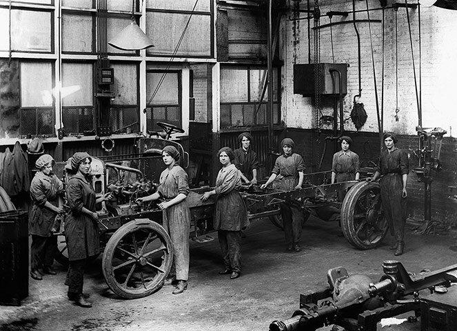 В автомобильных мастерских; 1917-й год