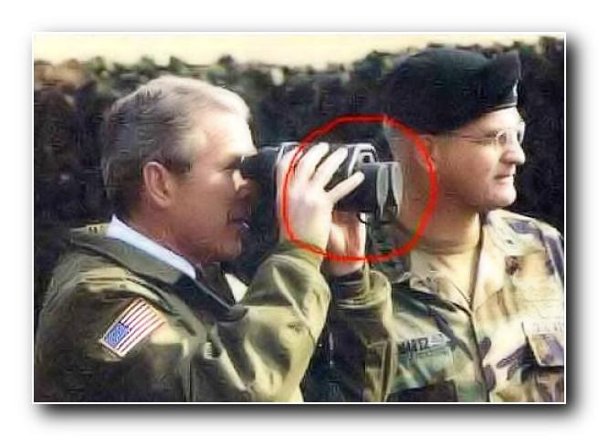 Джордж Буш смотрит в закрытый бинокль