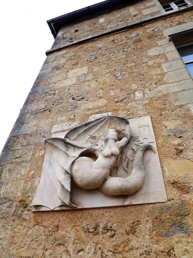 Мелюзина на стене церкви во французском городе Лузиньян.