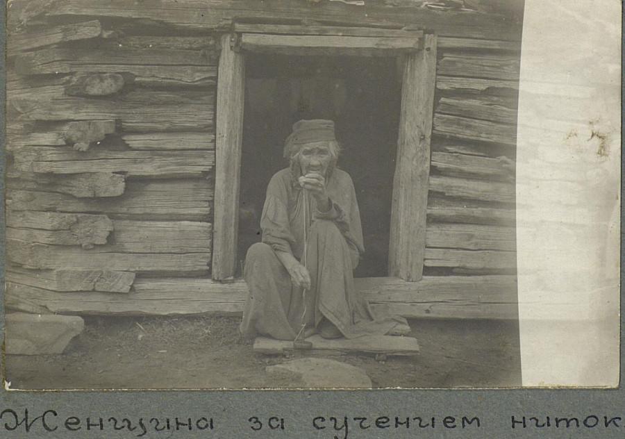 Женщина за сучением ниток. Хакасы. Республика Хакасия. 1931