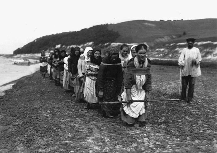 Бурлаки-женщины на Волге. фото 1900-х гг.