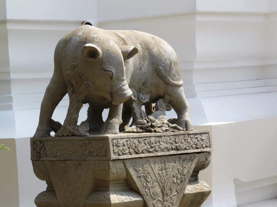 памятник свиноматке