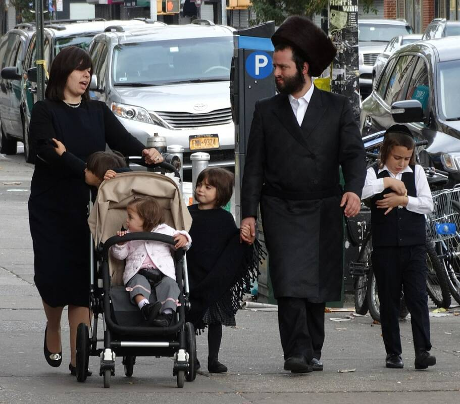 1025px-Hasidic_Family_in_Street_-_Borough_Park_-_Hasidic_District_-_Brooklyn